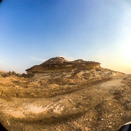 خلف كُل ملامح جميلة : حزنٌ عميق. المكان/ خط بوسمره #شعر #اشعار #قصيدة #قصايد #حزن #عتب #qatar #doha #stone #sky