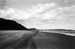 Beach of Noja (Simon. viewfinding.) Tags: santiago costa del de la camino kodak trix 400 jakobsweg norte xtol noja pilgerweg pilgern gemes kstenweg