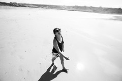 Encore mer/sea (Bourguiboeuf) Tags: shadow sea summer portrait bw sun mer white black beach girl face canon french happy seaside sand friend brittany couple noir joy sable bretagne ami portraiture 5d dslr t et fille plage blanc bonheur francais cnb camaret 1635lii 5dmkiii