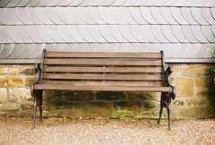 Bank vor dem Haus (mkniebes) Tags: house film wall zeiss bench empty nikonfm2 distagont235 zf2 kodakektar100