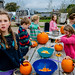 Les enfants du voisinage s'appliquent à décorer des citrouilles