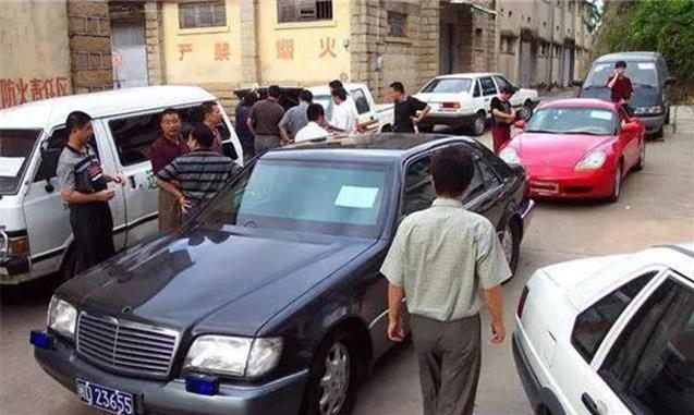 中國走私豪車業鼻祖賴昌星,走私第一款豪車,不是寶馬奔馳竟是它