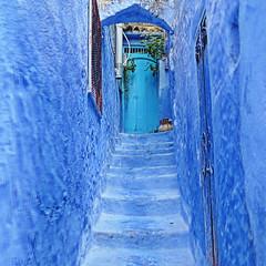 knocking on heavens door (TOSATTO) Tags: xaouen marruecos puerta cielo azul escalera steps blue heaven moroco