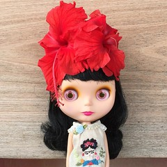 Frida feelings.  Embroidered blouse made by Little Drops of Rain. #blythe #blythedoll #takara  #goldie #frida #hibisco