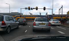 Voor-de-gesloten-spoorwegovergang (John - K) Tags: zeeland middelburg trein spoorwegovergang