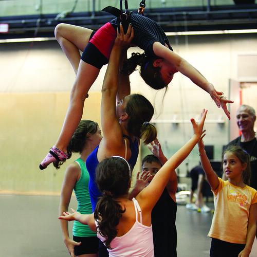 Main à main - étudiants du préparatoire et du Cirque-études secondaires