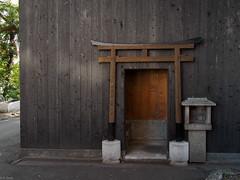 鳥居が埋め込まれた壁面 (kasa51) Tags: building japan kyoto torii 鳥居 五条楽園 焼き板
