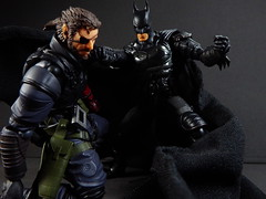 Batman vs Venom Snake (Matheus RFM) Tags: batman injustice shfiguarts bandai vulcanlog revoltech venomsnake bigboss