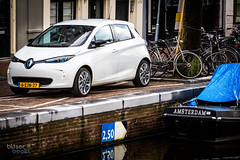 Zoe in the city (Blitserbeeld) Tags: blitserbeeld car motorsports drive electriccar renault zoe edrive future citycar urban mobility amsterdam canal boat jordaan green