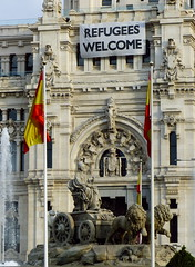 Refugees Welcome (_Suminch_) Tags: welcome refugees bienvenidos madrid cibeles plaza suminch fz200 fuente