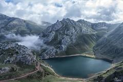 Entrando la niebla (Urugallu) Tags: lago niebla saliencia somiedo asturias asturies cielo luz nubes color agua camino joserodriguez urugallu canon 70d flickr
