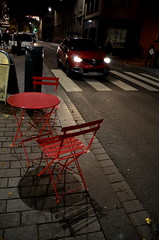 (Jean-Luc Léopoldi) Tags: nuit rouge trottoir table chaises café voiture phares rue street headlights zebracrossing ombre shadow
