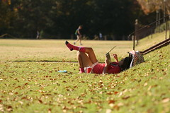 Taking a load off in the Sunken Garden (William & Mary Photos) Tags: williamandmary wm williammary collegeofwilliamandmary collegeofwilliammary grounds scenery fall