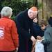 Erdő Péter bíboros, esztergom-budapesti érsek adta át egy gyermeknek a Katolikus Karitász karácsonyi ajándékcsomagját