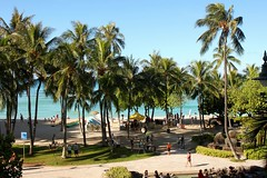 Waikiki Beach (Prayitno / Thank you for (5 millions +) views) Tags: tree beach island hawaii waikiki oahu palm line shore hi honolulu hnl konomark