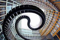 Serpentinentreppe (ploh1) Tags: mnchen bayern kunst haus fisheye treppe stadt architektur unten gebude eng hinterhof schwung weitwinkel kurven endlos geschwungen landeshaupstadt geschlngelt kpmgtreppe