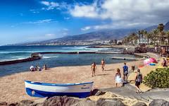 Playa de las Amricas... (Leo ) Tags: playadelasamricas verano cielo nubes luz gente paseo orilla mar montaas costa playa bote barca tenerife