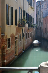 Italien Venedig DSC_0911 (reinhard_srb) Tags: italien venedig lagune insel meer stadt urlaub freizeit reise ferien tourismus canale sonntag morgen sonnenschein stille kanal boot wasser grün häuser fenster blumenschmuck brücke geländer idylle