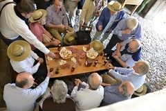 El aperitivo (vcastelo) Tags: plaza espaa bar spain gente mayor pueblo medieval tapas segovia villa grupo len mariano mesa aperitivo pedraza castilla taberna amurallada