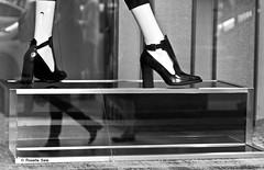 Direzioni OppOste (rosella sale) Tags: bw strada vetrina piedi scarpe vetro riflesso camminare manichino camminando tecca rosellasale