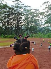 kind schaut Fussballspiel, babouantou