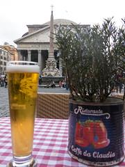Cheers (Micheo) Tags: life rome roma beer relax drink cerveza pantheon pot story vida detalles descanso turistas bebida panten maceta orginal piazzadellarotonda
