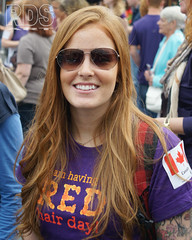 Tattooed Canadian girl @ Redhead Days 2014 (RDS-art) Tags: red portrait beauty sunglasses smiling shirt tattoo hair happy ginger long purple market sony teeth crowd excited canadian days lila redhead event freckles alpha dame markt breda portret rood ritratti aviator lang meisje lach sonnenbrille pelirrojo roodharig grote paars haare rote haar 2014 vrolijk hemd madchen tatoeage sommersprossen sproeten lacheln mc1r canadees kanadisch zonnebrille rothaarige roodharigendag redheaddays
