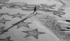 Plage 16 (no sabemos cmo llamarnos) Tags: playa plage sansebastin blancoynegro beach blackandwhite noiretblanc monochrome boy chico garon estrella star etoile monocromtico