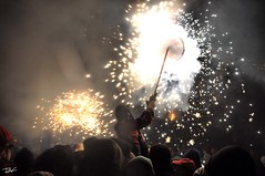 Correfoc 045 (Pau Pumarola) Tags: correfoc foc fuego feu fire feuer guspira chispa étincelle spark funke festa fiesta fête fest diable diablo devil teufel catalunya cataluña catalogne catalonia katalonien girona diablesdelonyar