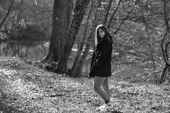 Une histoire de  blog. (maxguitare1) Tags: jeunefille ragazza muchacha younglady noiretblanc black white france nikon