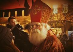 Nikolaus in Mnchen - Santa Claus in munich (Helmut Stegmann) Tags: santaclaus nikolaus mittelaltermarkt mnchen munich portrait portrt mann welikeit rot red gold golden weis withe bart haar hair weihnachten