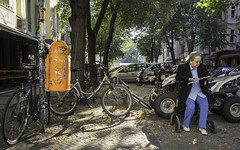 auto street people woman plant tree nature car bike bicycle trash glasses donna garbage automobile traffic femme mulher natur pflanze streetphotography technik quad voiture menschen cobblestones rubbish vehicle oldwoman atv waste brille garbagecan trashcan refuse frau eyeglasses technique verkehr müll mülleimer baum velo fahrrad quadbike mensch rubbishbin twowheeler automobil rollator mülltonne automóvel kopfsteinpflaster allterrainvehicle altefrau elcarro quadricycle quadriciclo fortbewegungsmittel cuatrimoto walkingframe deambulatorium gehwagen handlung vettura biciclo déambulateur deuxroues elcoche streetfotografie laseñora strasenfotografie rollaattori elautomóvil deambulatore fahrbaregehhilfe