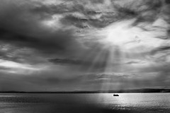 Minimalismo en B&N (juanjofotos) Tags: blackandwhite blancoynegro blanco agua barca barco negro bn nubes alfufera lesgavines nikond800 juanjofotos juanjosales