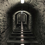 Treppe im beleuchteten Tunnel thumbnail
