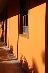 Contraste (maggy le saux) Tags: ombreetlumire light shadowluz y sombra naranja orange veranda galera shadw ombre