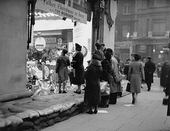#Sandbags placed outside Selfridges Department Store in London to protect it during the first Christmas of WWII, 1939 [600 x 462] #history #retro #vintage #dh #HistoryPorn http://ift.tt/2fTqMGj (Histolines) Tags: histolines history timeline retro vinatage sandbags placed outside selfridges department store london protect it during first christmas wwii 1939 600 x 462 vintage dh historyporn httpifttt2ftqmgj