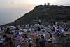Οπαδοί της γιόγκα με θέα το ναό του Ποσειδώνα, Σούνιο. Fans of yoga overlooking the Temple of Poseidon, Sounion. (st.delis) Tags: γιόγκι σούνιο αττική ελλάδα yoga gong sounion attica hellas outdoor