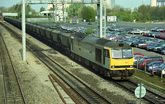 60057 slows for Didcot with a rake of hooded mgr wagons working a 6A64 from Avonmouth on 11-4-97. Copyright Ian Cuthbertson (I C railway photo's) Tags: class60 tug 60057 fclivery coaltrain dicot 6a64 mgr