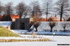 2012-02 Schaatsen op het ijs van het vestingwater (Brielle) (Meteo Hellevoetsluis) Tags: netherlands weather sneeuw nederland brielle architectuur 2012 landschap meteo 0204 ijs februari schaatsen almanak zuidholland regionaal nld voorne vrieskou natuurijs voorneputten stadsbeeld collecties provinciezuidholland winterseizoen mnd02 aboutpixels meteohellevoetsluis almanak20120204