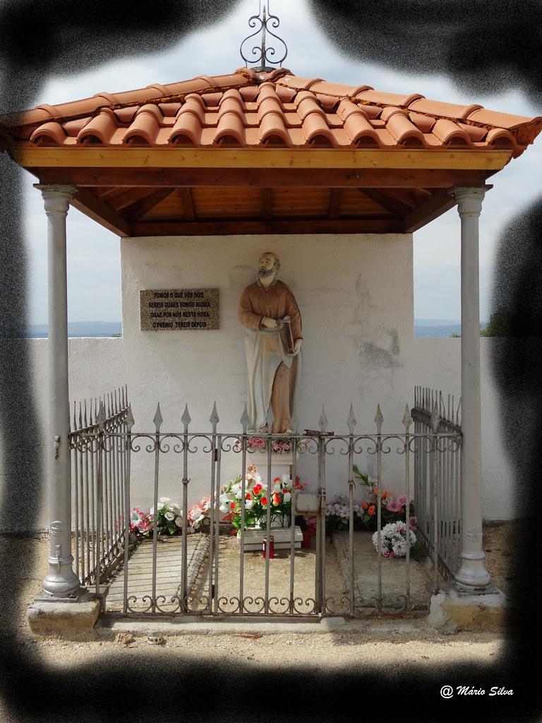 """Águas Frias (Chaves) - Imagen de S. Pedro no cemitério """"Fomos o que vós sois/ Sereis quaes somos agora/ Orae por nós nesta hora/ O prémio tereis depois."""""""