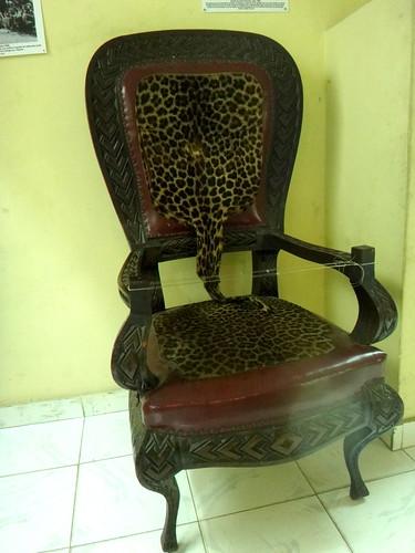 Una silla de Mobutu, forrada con su piel de leopardo; museo Nacional.   Kinshasa. RD Congo