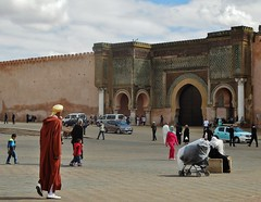 walking in the Place el-Hedim (SM Tham) Tags: africa morocco meknes placeelhedim city square plaza citywalls babalmansour gate arches columns people pedestrians cars djellaba outdoors