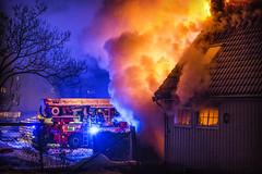 lmh-rundtjernveien104 (oslobrannogredning) Tags: bygningsbrann brann brannvesenet brannmannskaper slokkeinnsats brannslokking brannslukking stigebil lift høydemateriell arbeidihøyden arbeidpåtak taksikring hulltaking brannlift