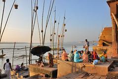 1395 Varanasi - Dattatreya Ghat - Offrandes aux dfunts (Docaron) Tags: india varanasi hinduism pilgrimage pilgrim inde ganges ghat gange hindouisme plerinage plerin dominiquecaron