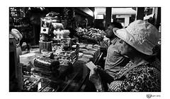 La lista (Giuseppe Quattrone) Tags: street roma persone mercato biancoenero 2014