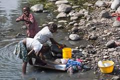 La colada (ramosblancor) Tags: girls ro river y human laundry tribes prncipe nias sao santo colada frica tom tribus humanas