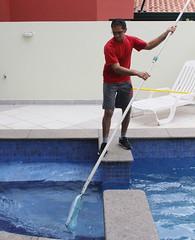 Filtrando a H2O (PortalJornalismoESPM.SP) Tags: casa piscina peneira tarefas caseiro piscineiro