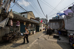 Windy (P-Laid   Alexis) Tags: china street man guy walking suzhou village chinese dry clothes chinois chine homme vetement