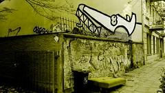 gwb   bett ohne kornfeld (stoha) Tags: berlin muro berg wall germany deutschland bed bett stadt letto gwb germania prenzlauerberg duitsland citta mauer prenzlauer berlino citty guessedberlin schliemannstr gwbdanichtfür