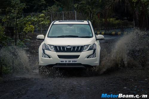 2015-Mahindra-XUV500-03